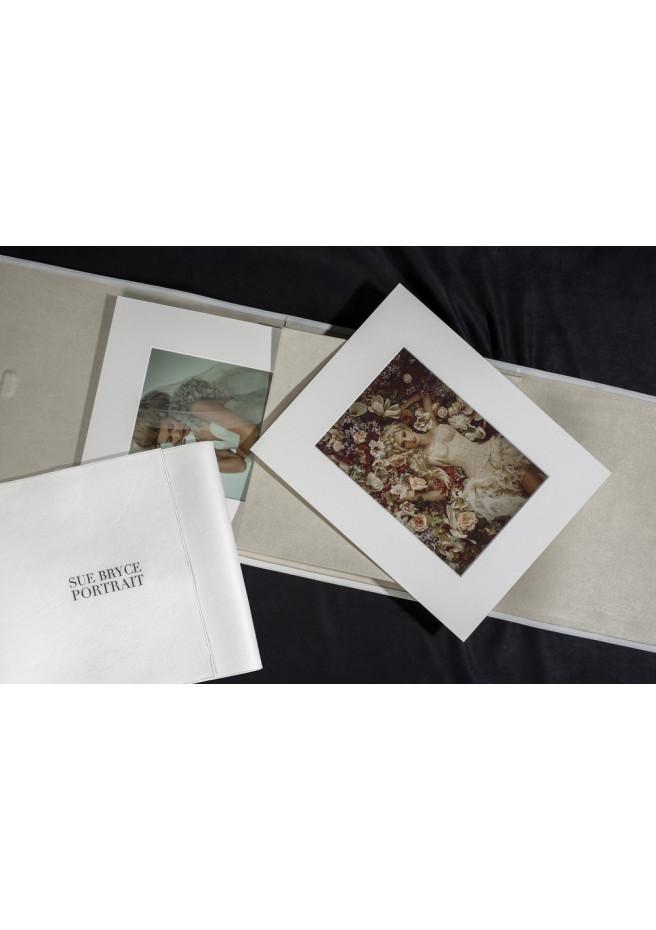 Fotobuch mit gekörntem Papier, einem Passepartout und einem Ledereinband